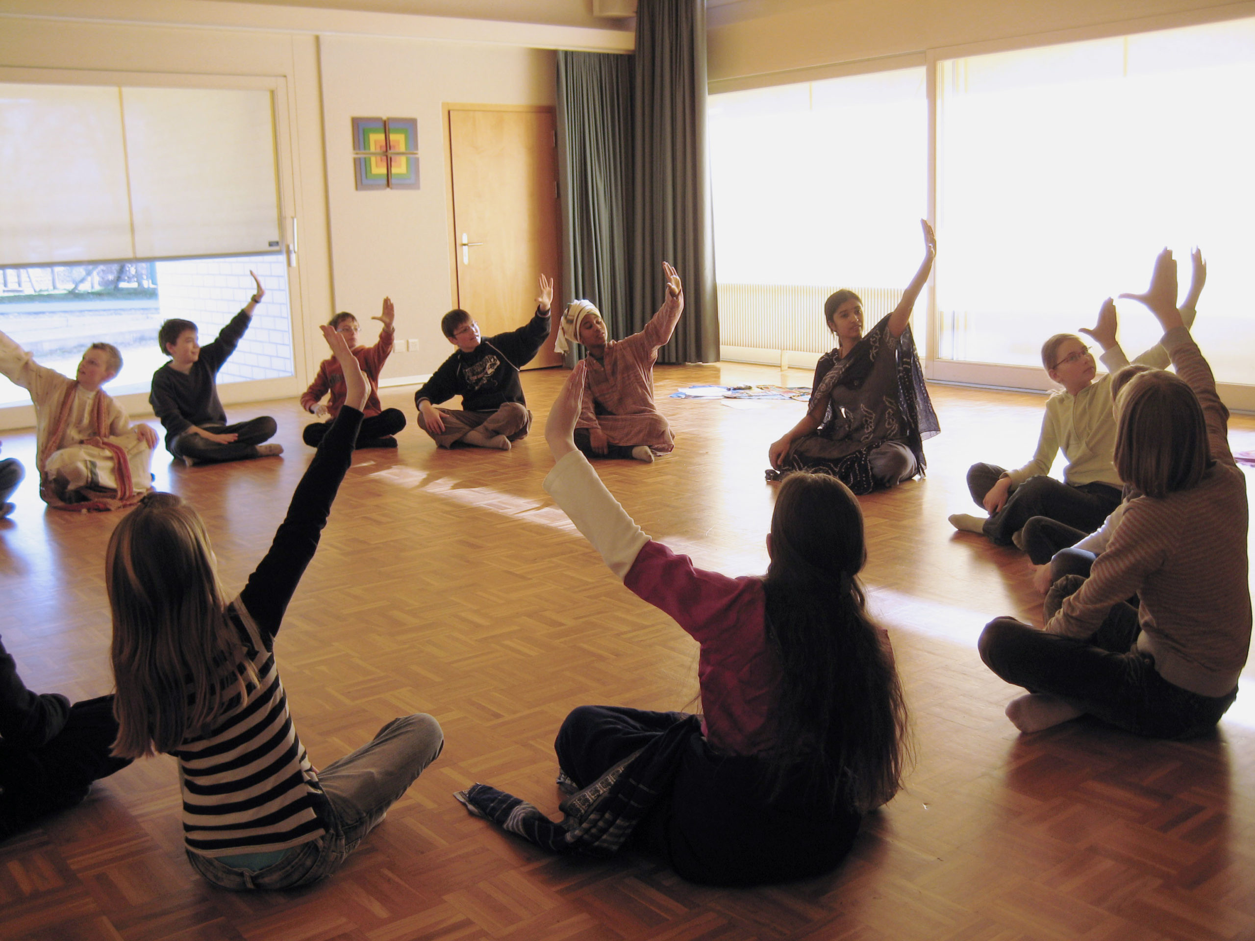 Kurse für Kinder-Sumitra lernt den Kindern Handbewegungen im Tanzunterricht